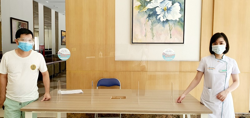 Omi Pharma tặng kính chắn Mica đồng hành cùng cư dân Times City quyết thắng đại dịch