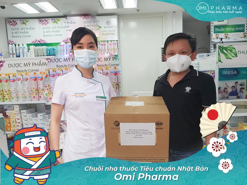 Hình ảnh trao quà của Omi Pharma